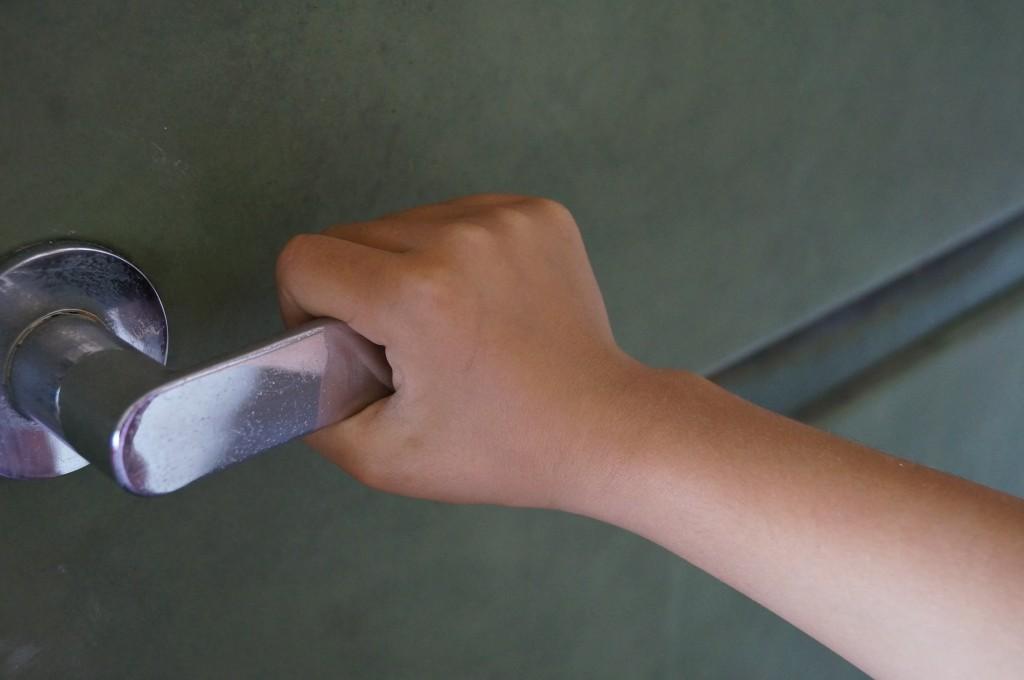 玄関やドアやの鍵を紛失したときの対処法と開け方